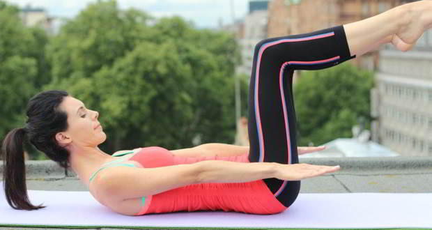 12-Simple-Flat-Tummy-Workouts-You-Can-Do-At-Home15