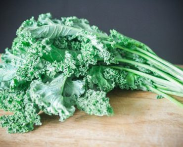 fresh-kale-on-a-wooden-table (1)